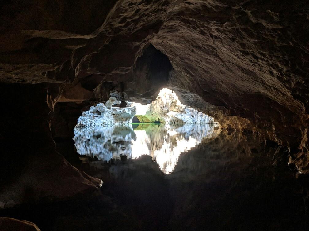 Ouverture sur de l'eau au fond de la grotte de Tham Sa Pha In au Laos