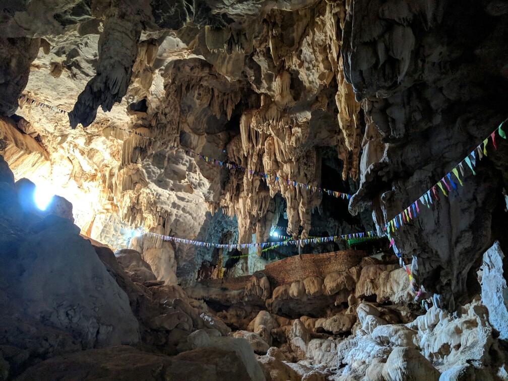 Fanions dans l'entrée de la grotte de Tham Sa Pha In au Laos