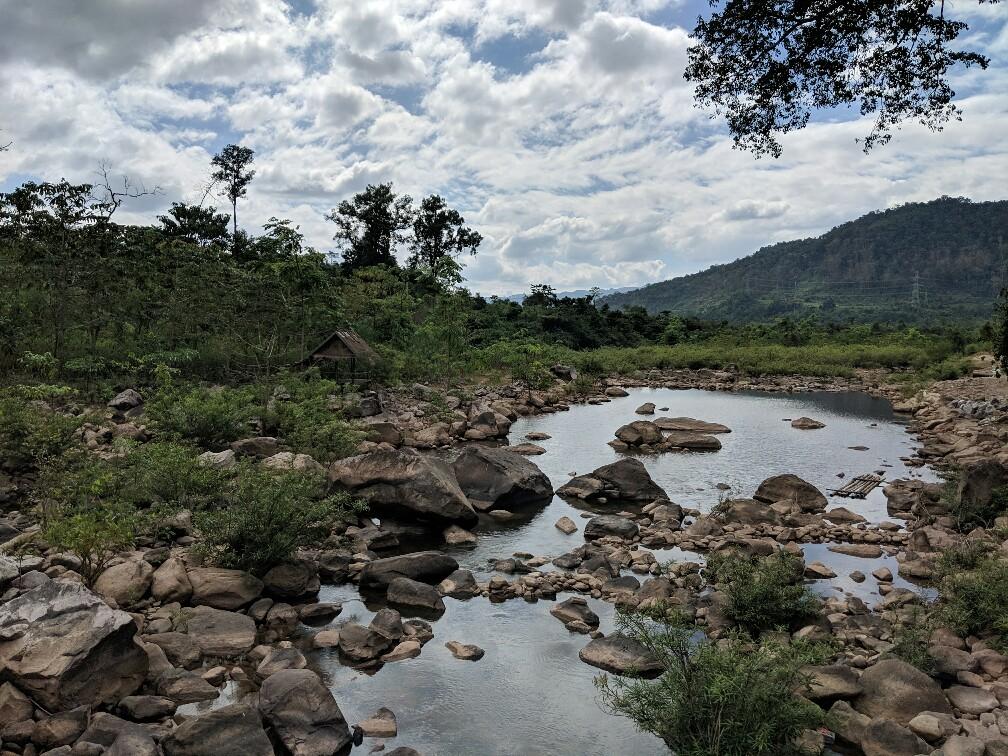 Réflexion du ciel sur l'eau de Tad Song Souk au Laos