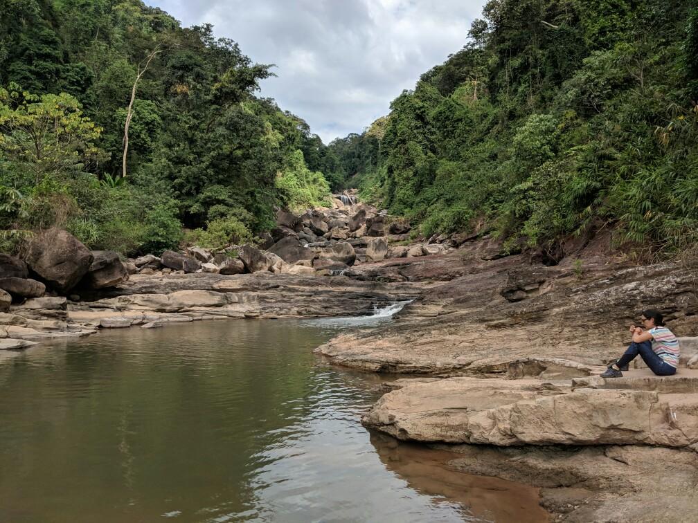 Salomé assise à coté de la cascade de Tad Song Souk au Laos