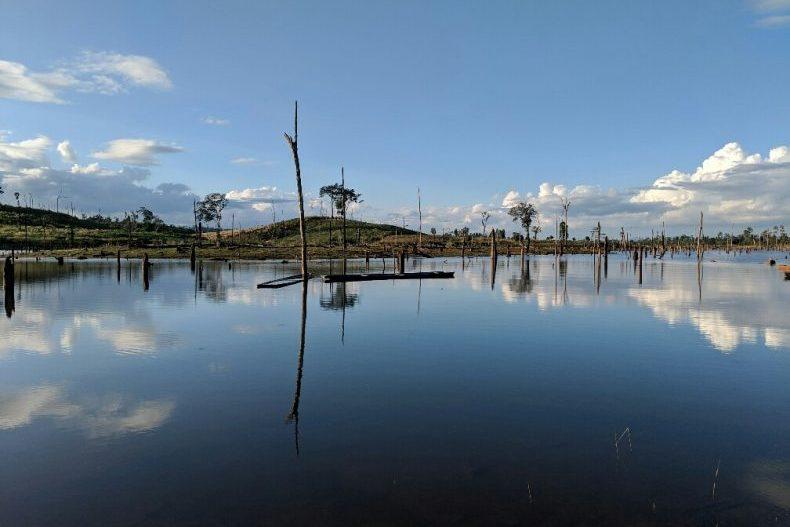 Le ciel se réfléchit sur un lac immobile sur la route vers Thalang, Laos