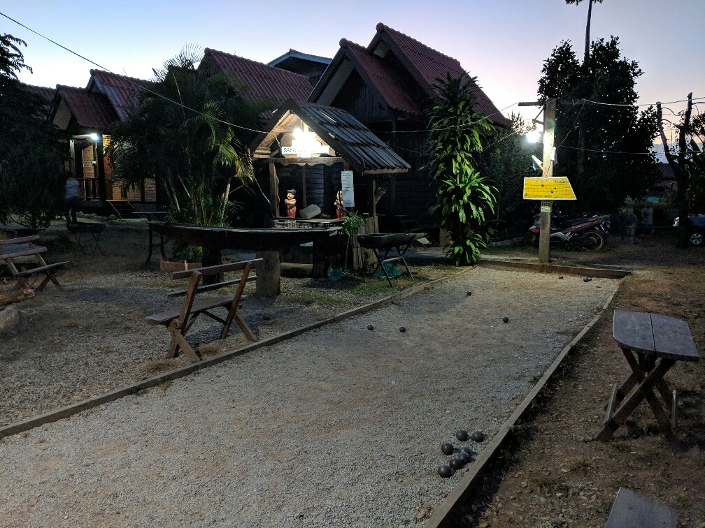 Vue sur le terrain de pétanque et le barbecue à Sabaidee Guesthouse au Laos