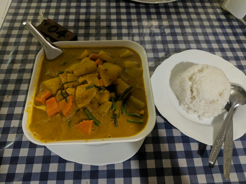 Énorme bol de curry avec riz vapeur à Konglor, Laos