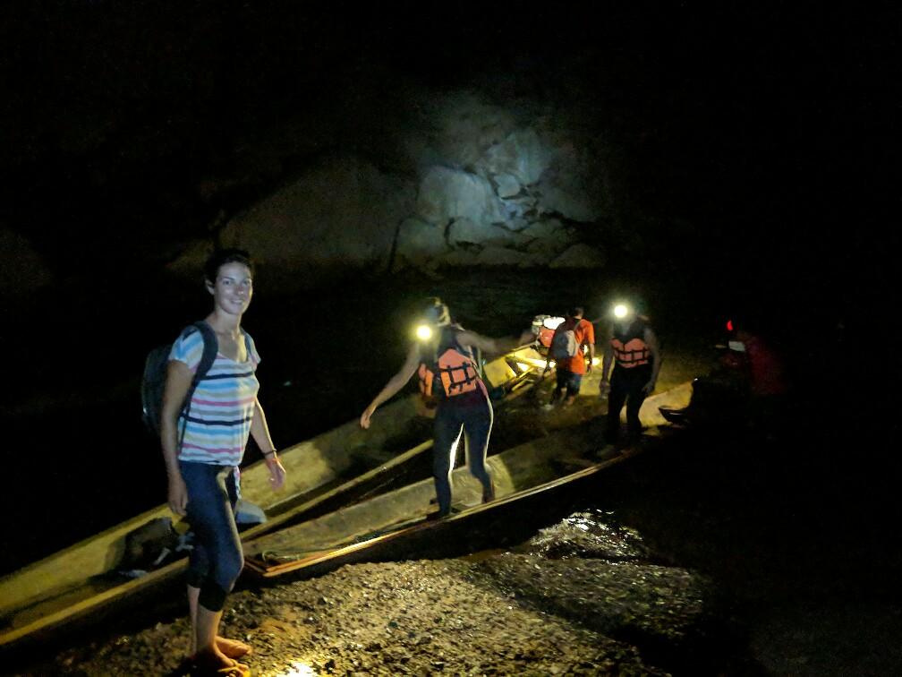 Salomé descendue du bateau dans l'obscurité totale de la grotte de Konglor, Laos