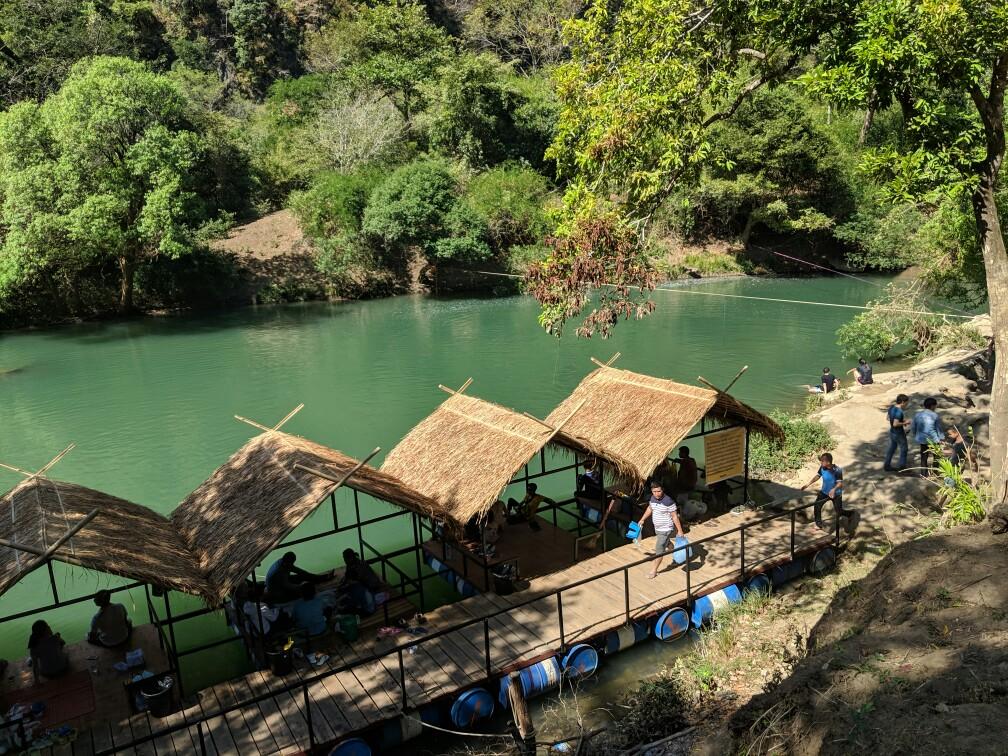 Paillotes alignées sur le lac de Tha Falang, Laos