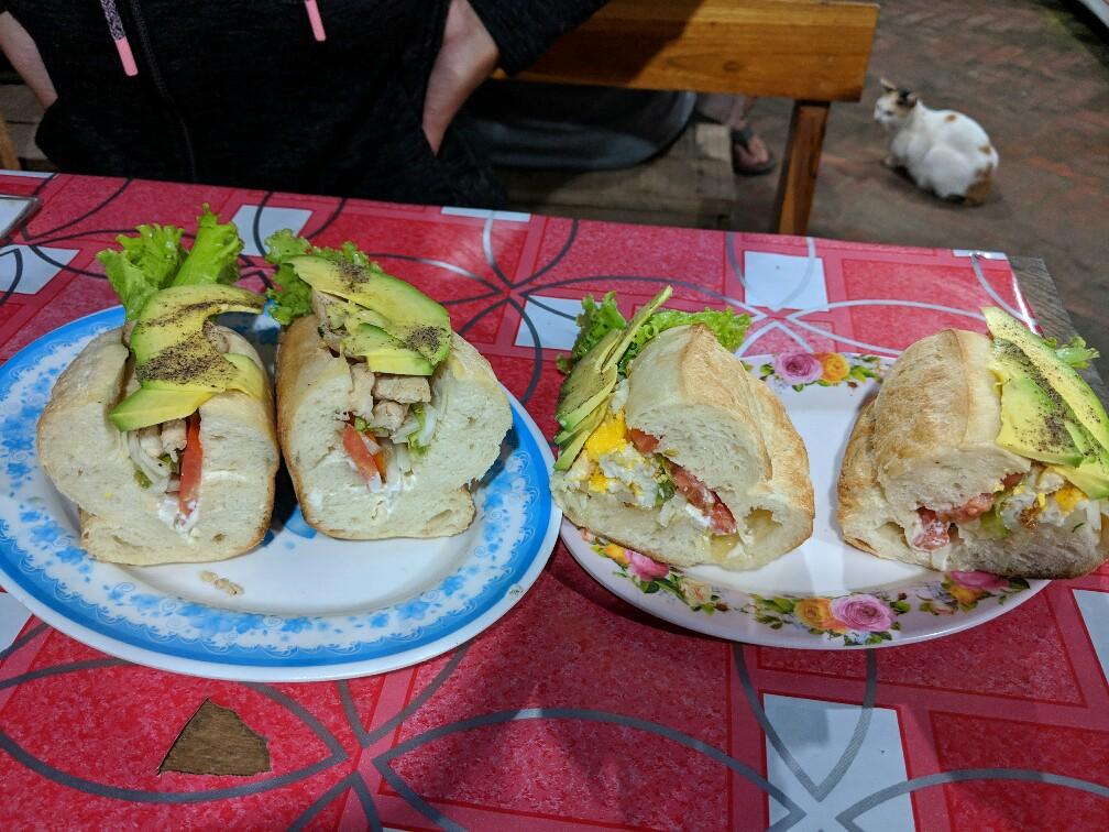 Deux sandwichs coupés sur des assiettes au Night Market de Luang Prabang, Laos
