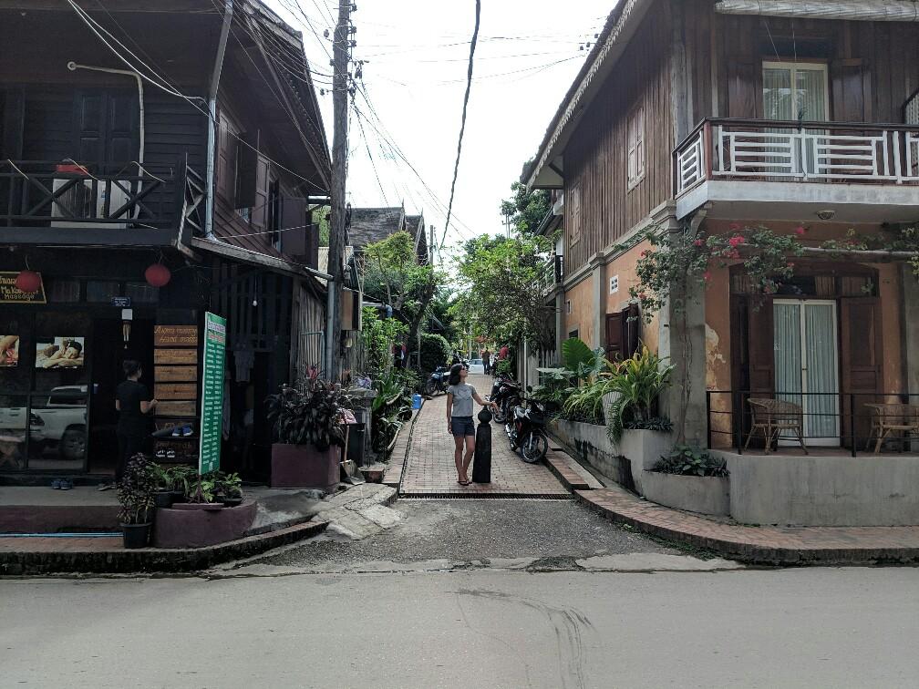 Salomé se tient dans une ruelle de Luang Prabang, Laos