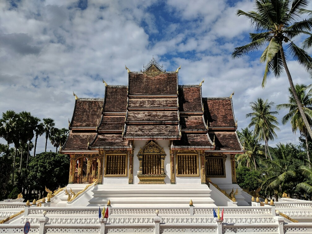 Vue de profil sur le temple de Haw Pha Bang à Luang Prabang, Laos