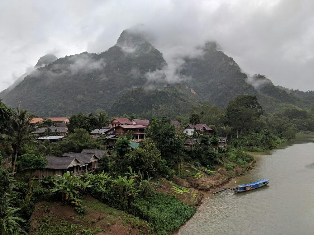 Bungalows et bateau au bord du Mekong à Nong Khiaw, Laos