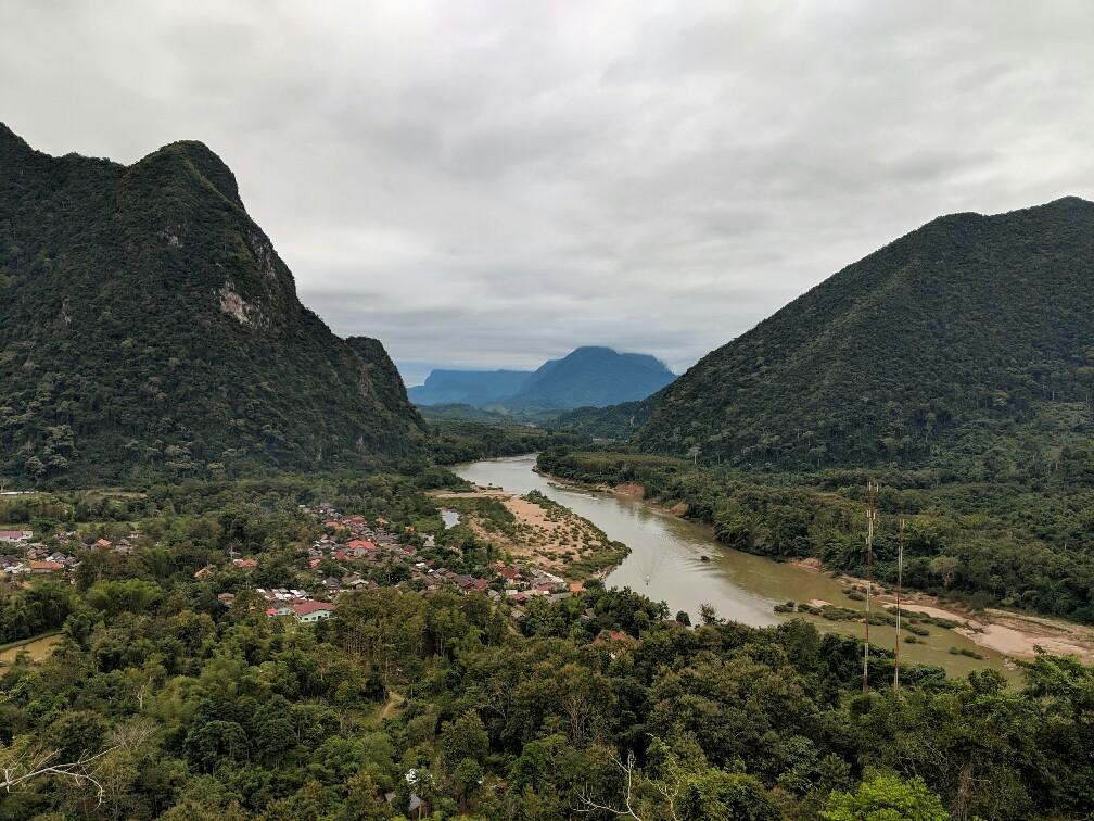 Vue sur Muang Ngoi depuis le point de vue de Phanoi, Laos