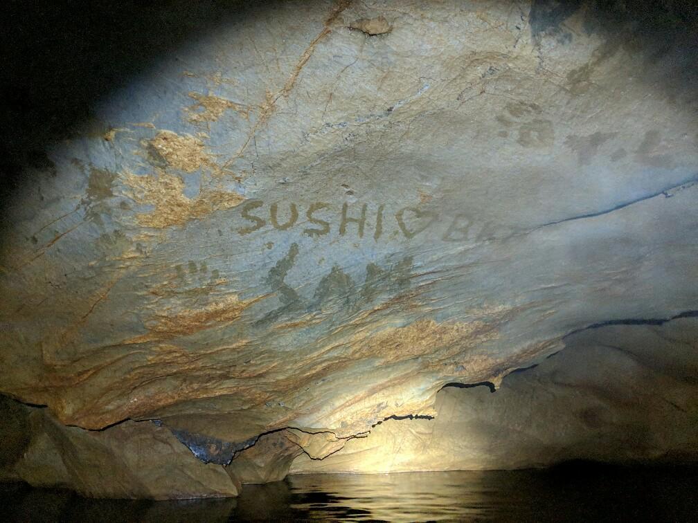 Message écrit à la glaise dans la grotte de Tham Kang, Laos