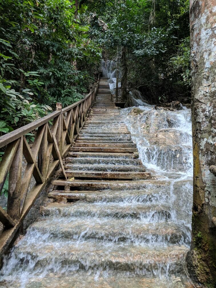 Vur sur les escaliers inondés des chutes de Kuang Si, près de Luang Prabang, Laos