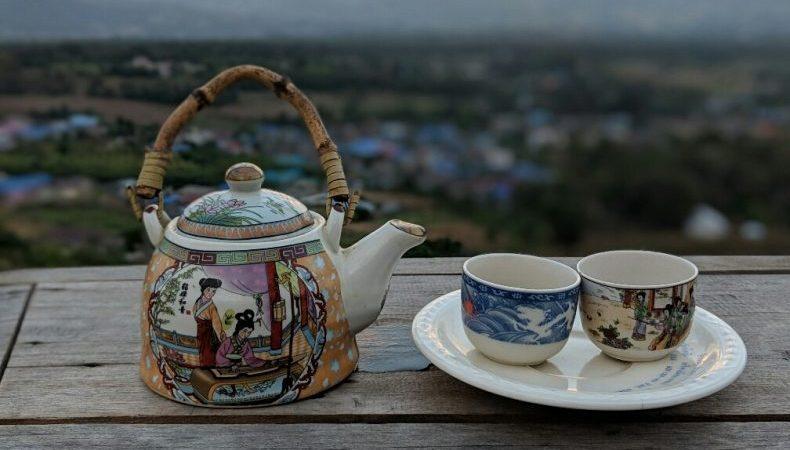 Théière et tasses dominant Pai, Thailande