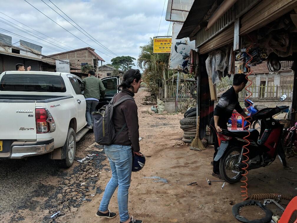 Salomé regarde le scooter être pris en charge par le mécano près de Luang Namtha au Laos