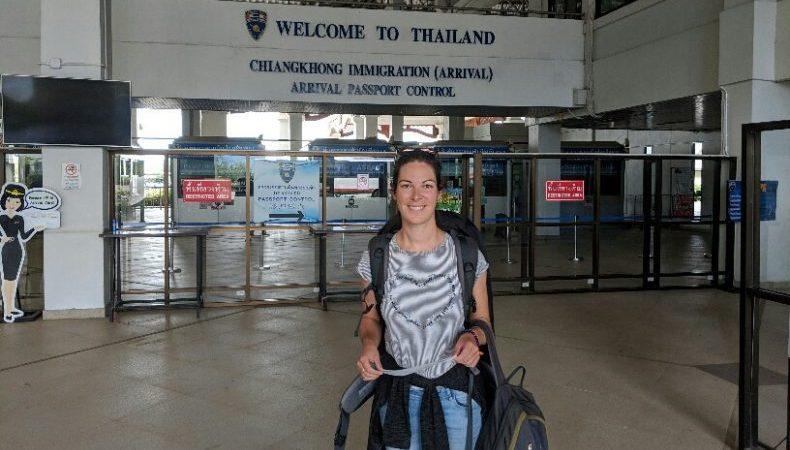 Salomé devant la douane Thailandaise