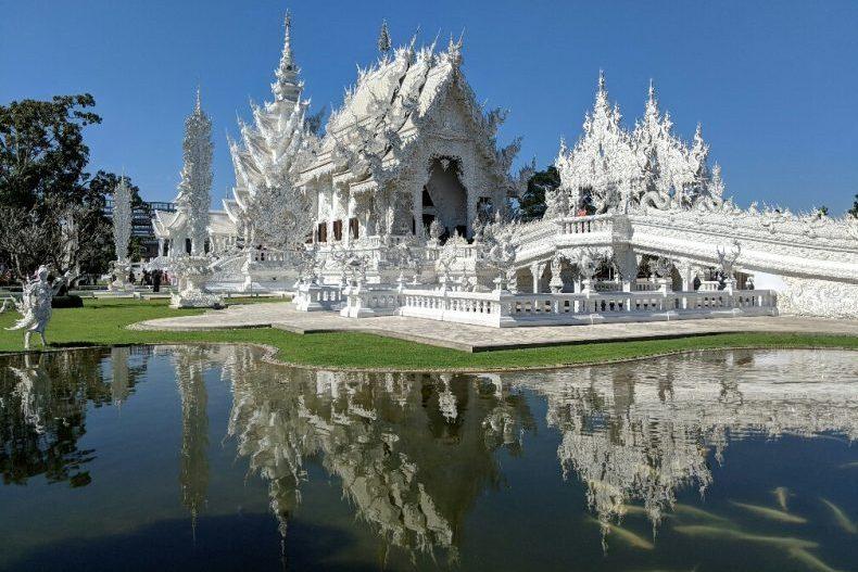 Temple Blanc se reflétant sur l'eau près de Chiang Rai, Thailande