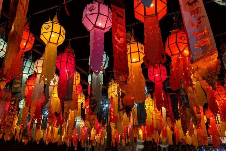 Lanternes colorées allumées à Chiang Mai, Thailande