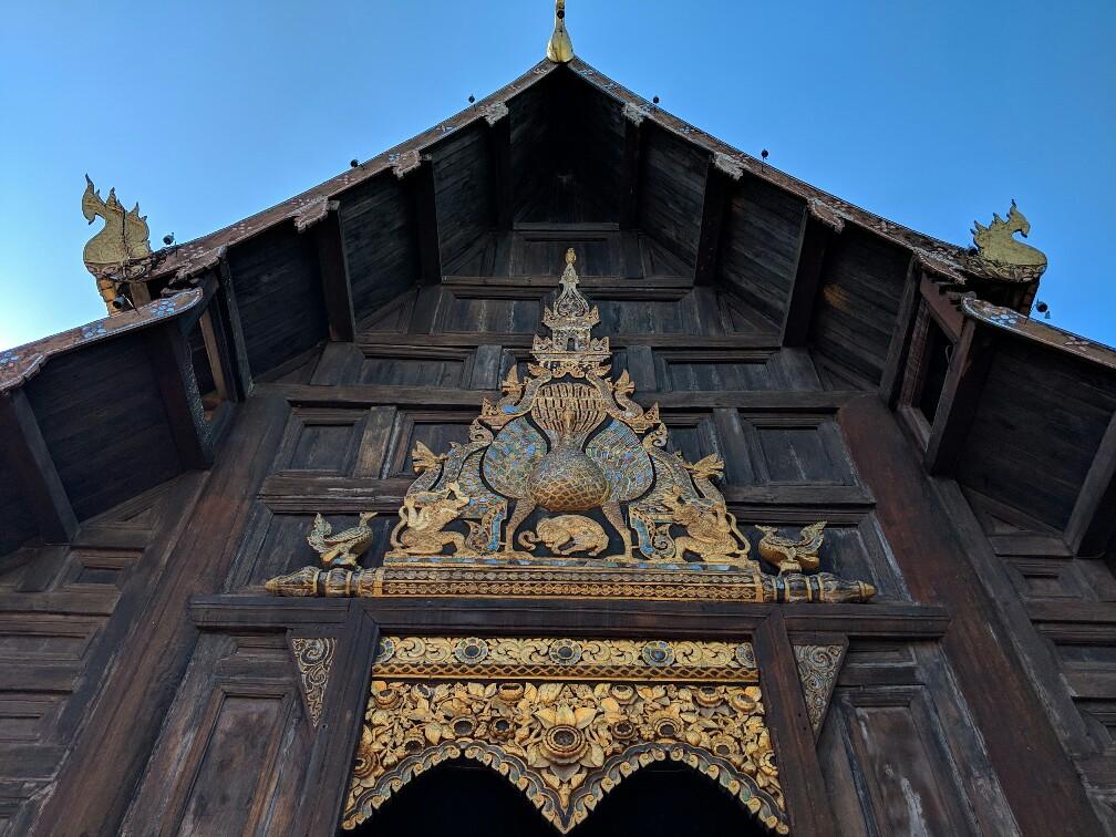 Fresque dorée sur la façade du temple de Phan Tao à Chiang Mai, Thailande