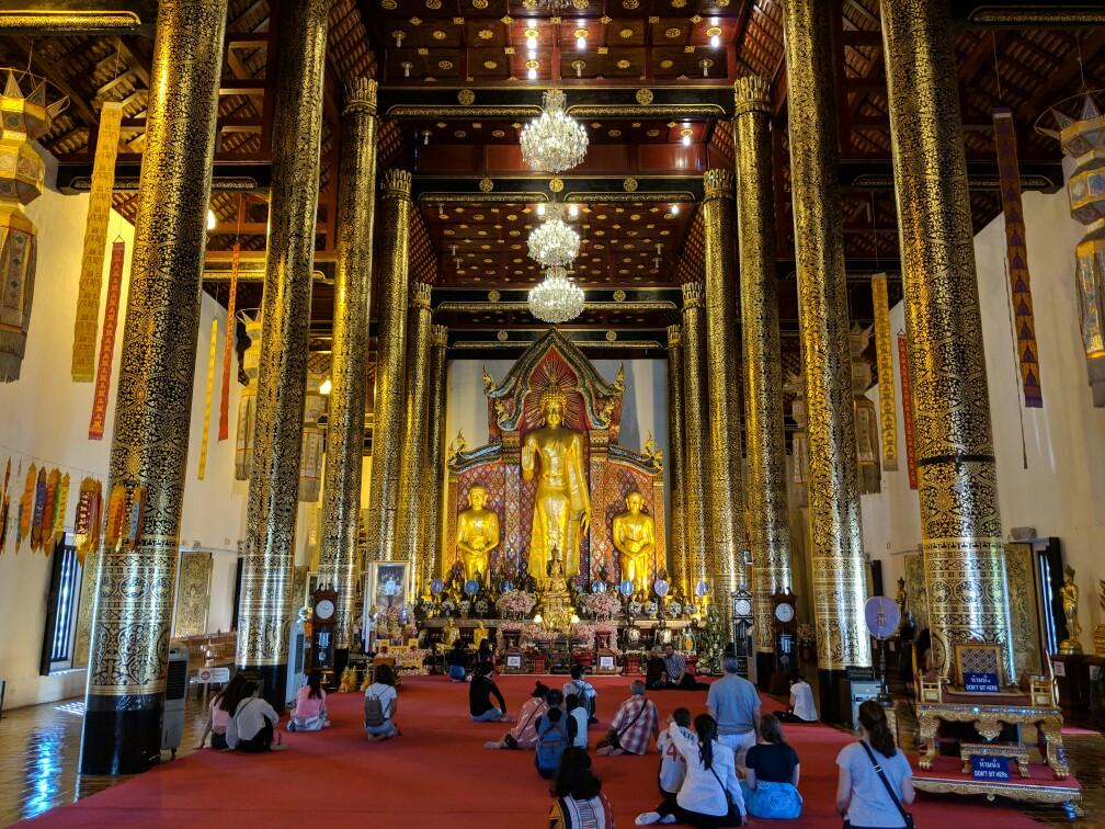 Bouddha à lintérieur du temple de Chedi Luang à Chiang Mai, Thailande