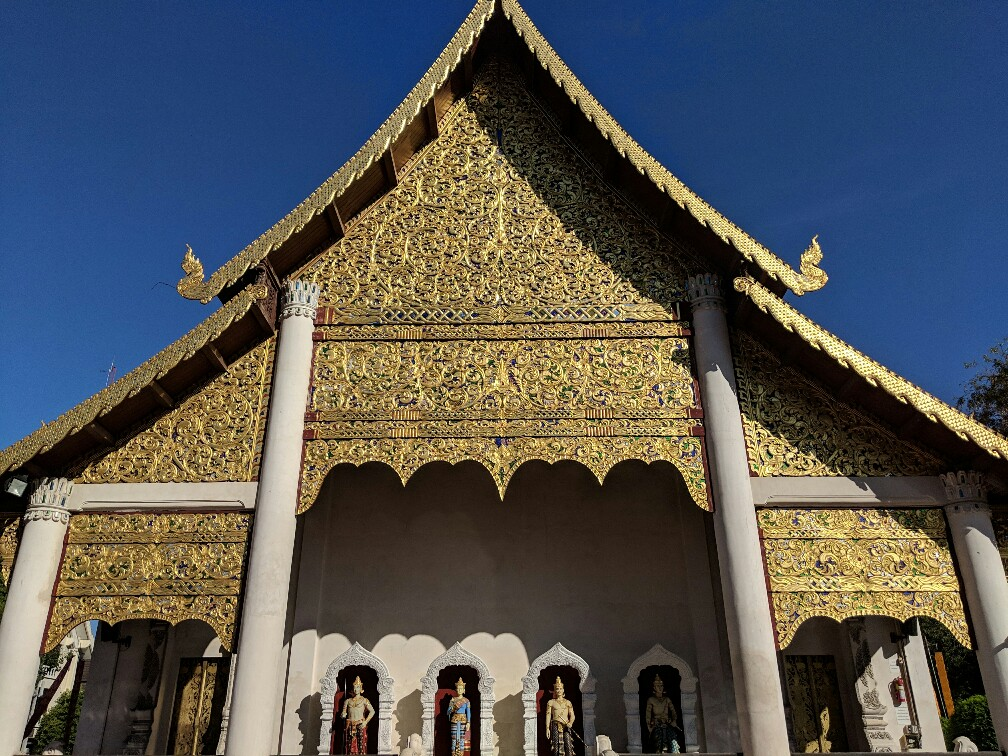 Façade dorée du temple de Chedi Luang à Chiang Mai, Thailande