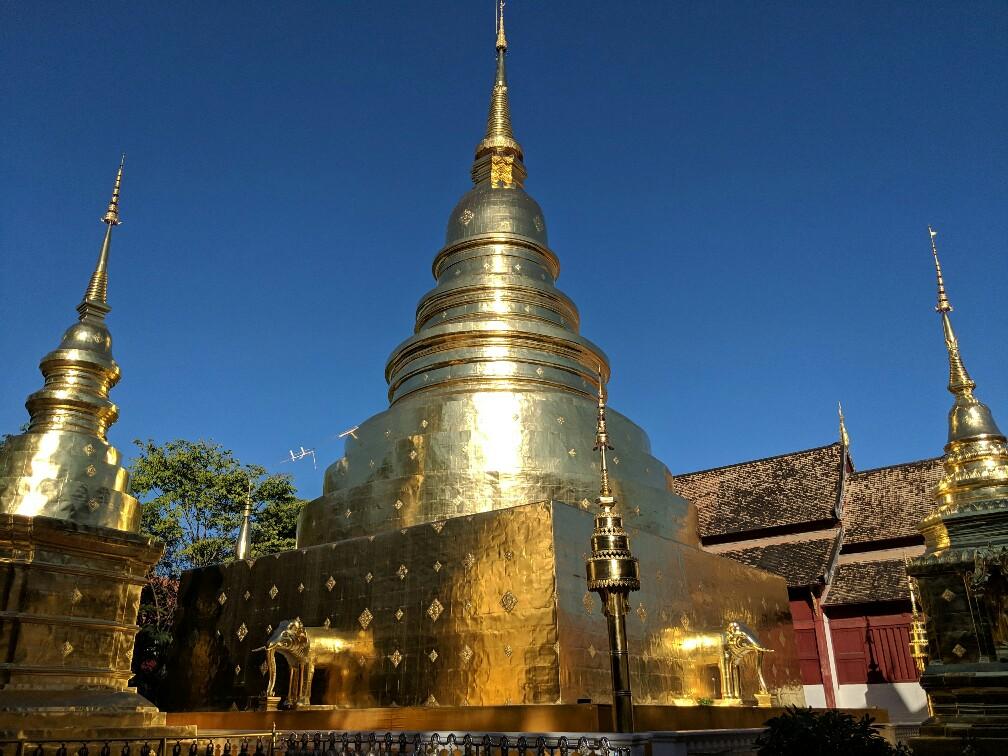 Pagode entièrement dorée du temple de Phra Singh à Chiang Mai, Thailande