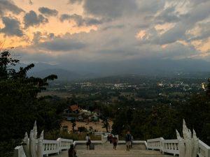 Point de vue sur Pai au coucher de soleil depuis le Bouddha Blanc, Thailande