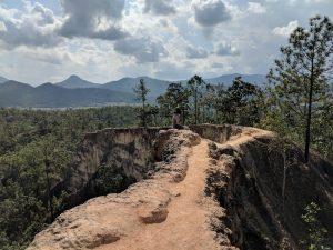 Salomé assise sur une crête du canyon de Pai, Thailande