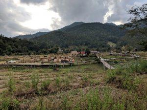 Vue sur le village parcouru par le bamboo bridge, près de Pai, Thailande