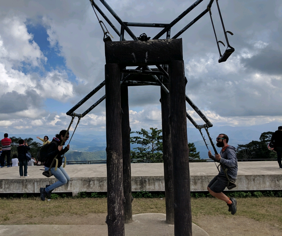 Sylvain et Salomé se balancent sur une balançoire géante à Doi Kiew Lom, Thailande