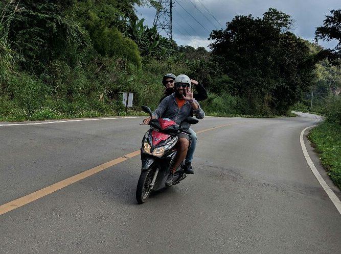 Sylvain et Salomé chevauche leur scooter sur la boucle de Mae Hong Son en Thaïlande