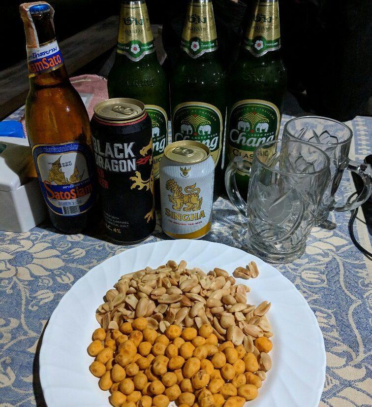 Bières et cacahuètes sur la table en Thailande pour le jour de l'an