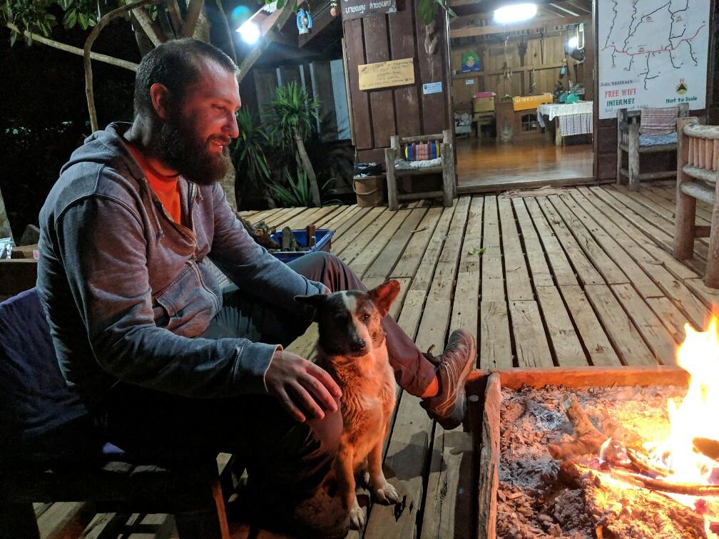 Sylvain et un chien près du feu sur la boucle de Mae Hong Son en Thailande