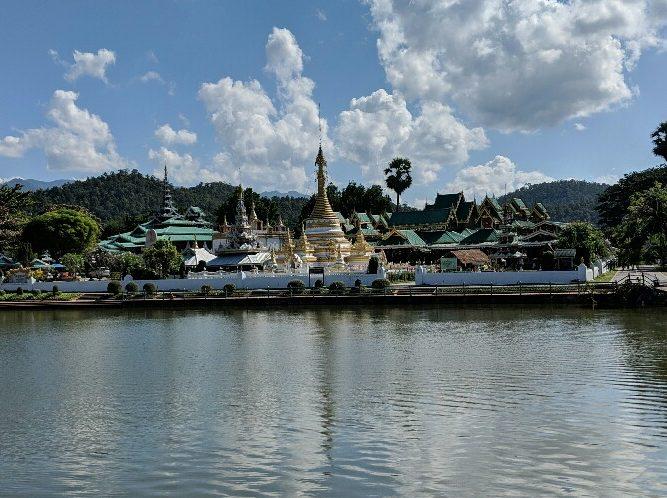 Temple derrière le lac de Mae Hong Son, Thailande