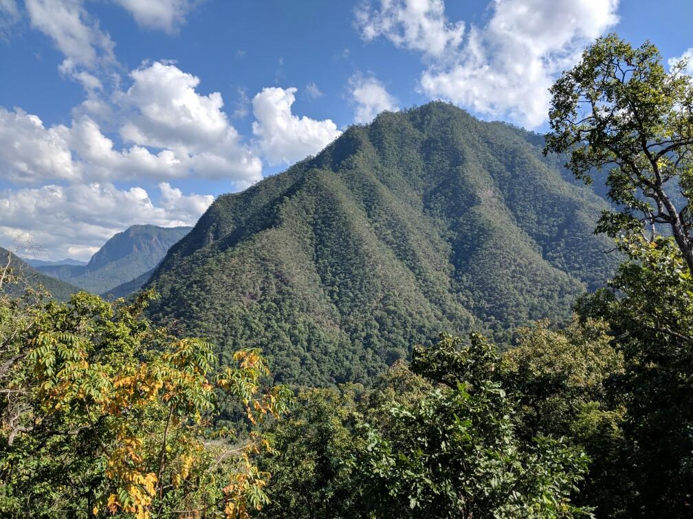 Montagne verdoyante sur la boucle de mae hong son en Thaïlande