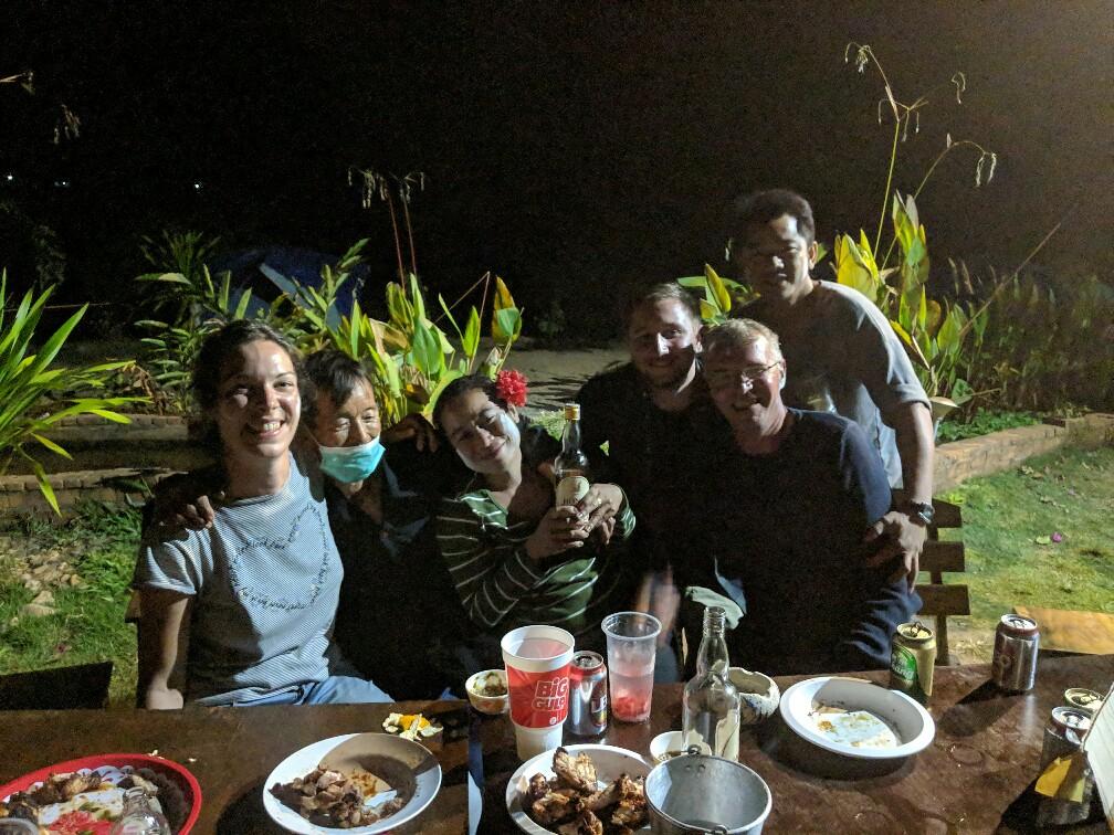 Groupe de personnes faisant la fête autour d'un repas sur ma boucle de Mae Hong Son en Thaïlande