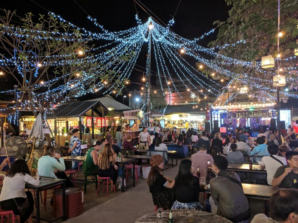 Guirlandes et tables à un food court du Night Bazaar de Chiang Mai, Thailande