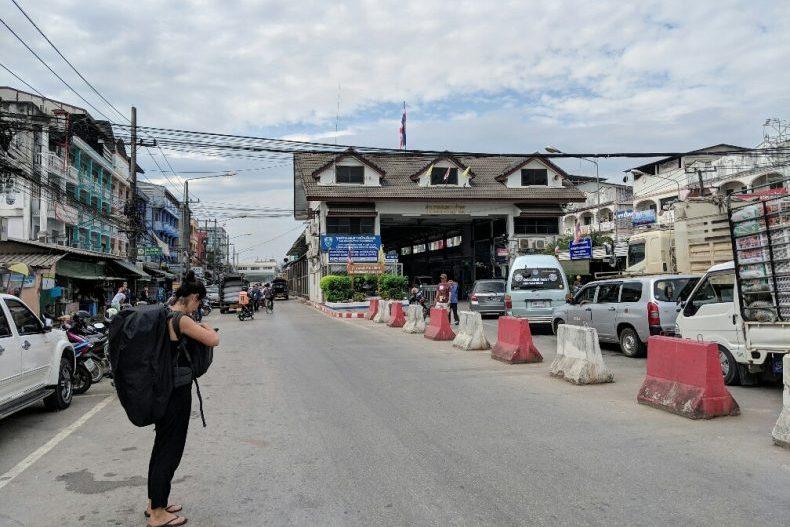 Salomé se tient devant le poste de sortie du territoire Thailandais