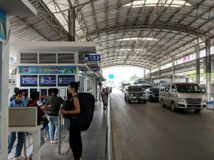 Salomé se renseigne quant au guichet pour faire le tampon de sortie de la Thailande