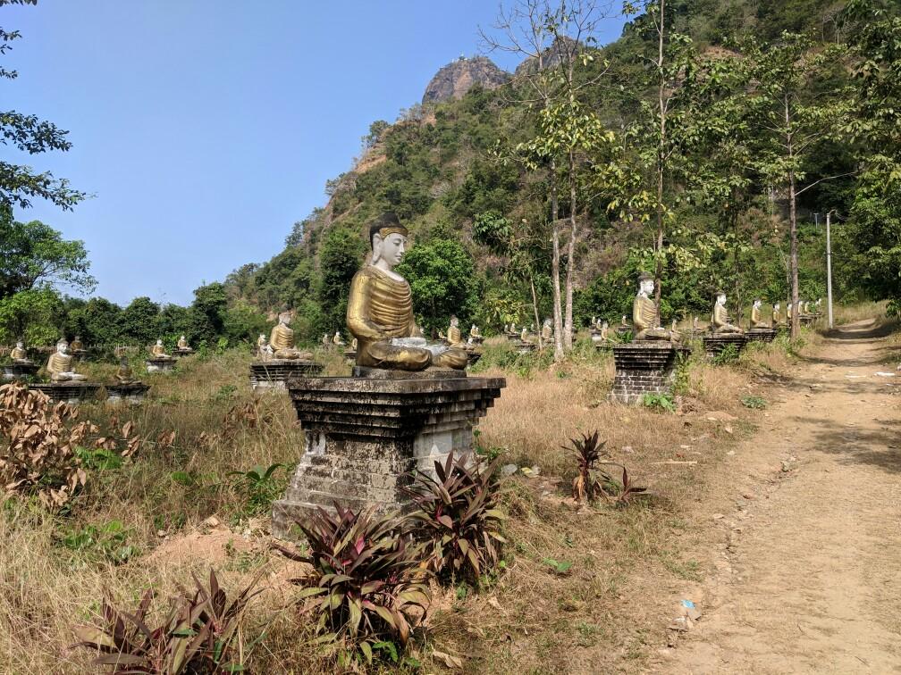 Le jardin Lumbini à Hpa-An avec ses dizaines de statues de Bouddha