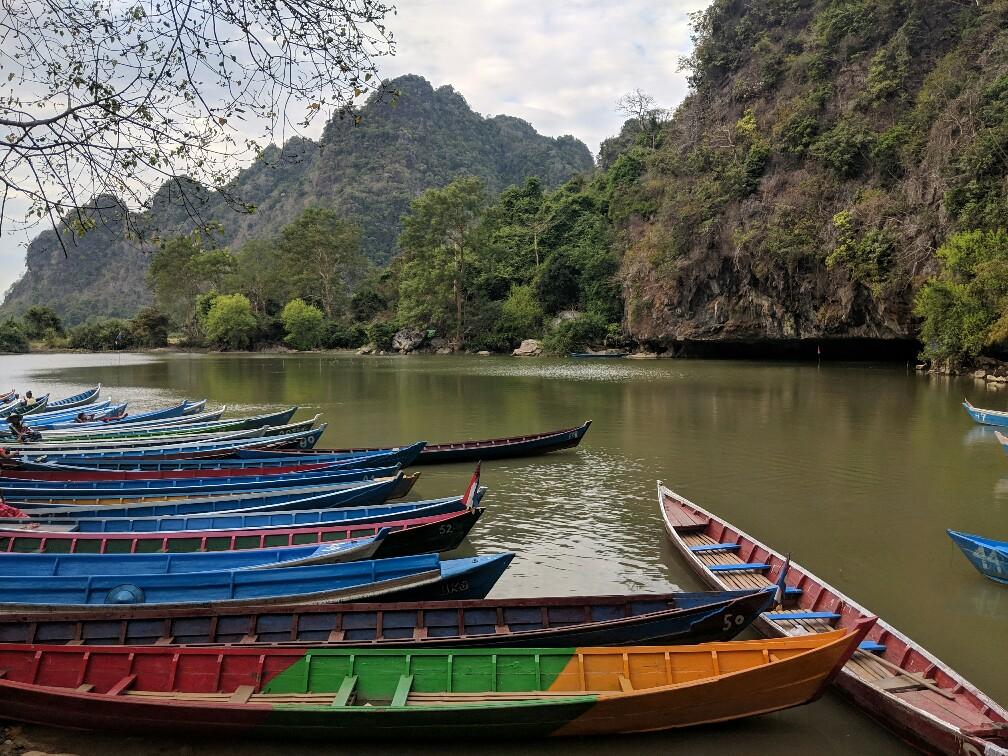 Barques à la sortie de la grotte de Sadan près de Hpa-An