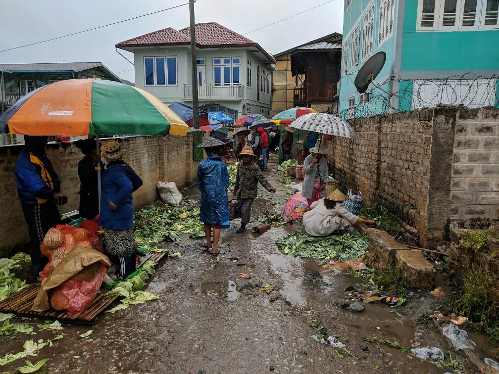 Rue pluvieuse souillée par les restes du marché à Kalaw en Birmanie