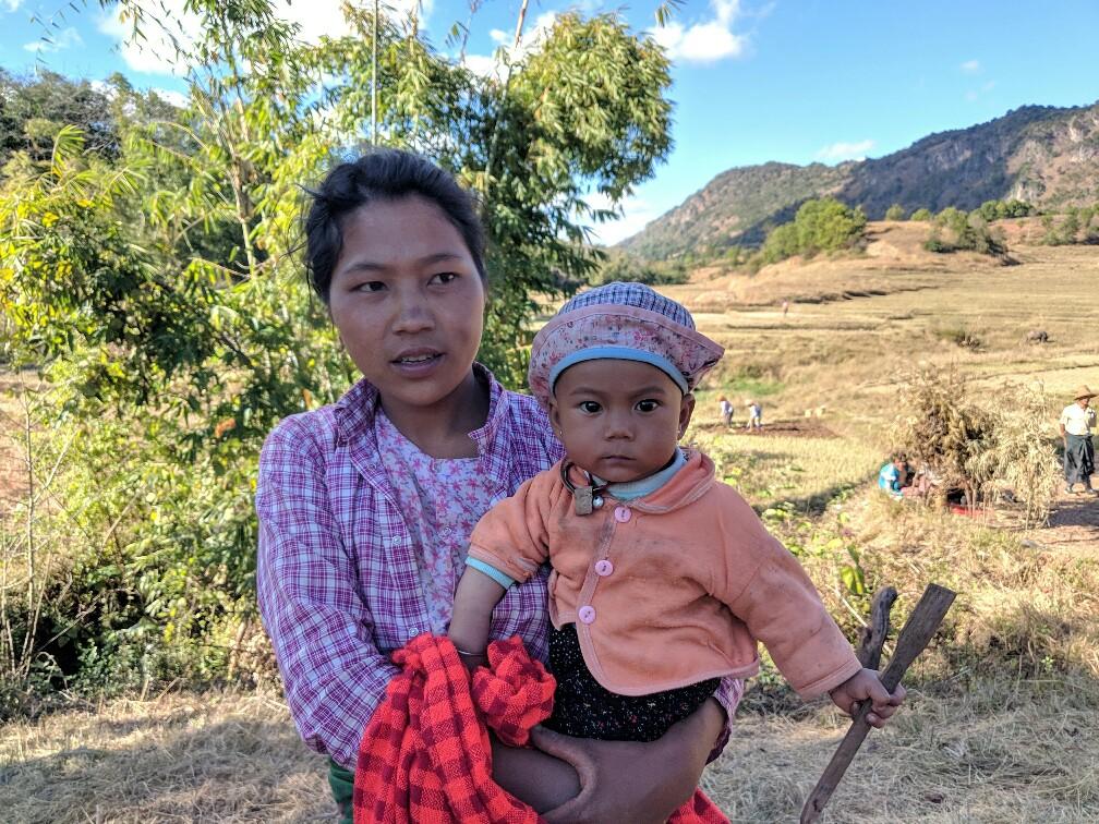 Une mère et son bébé dans un champs sur le trek de Kalaw à Inle en Birmanie