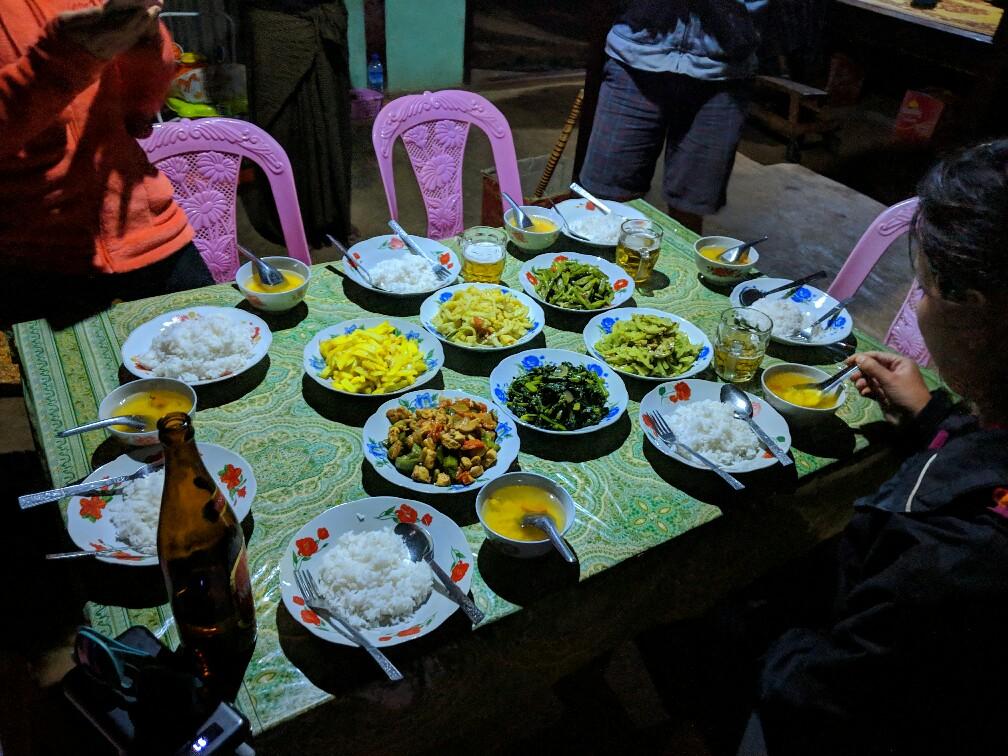 Nombreux plats sur une table lors d'un dîner pendant le trek entre Kalaw et inle