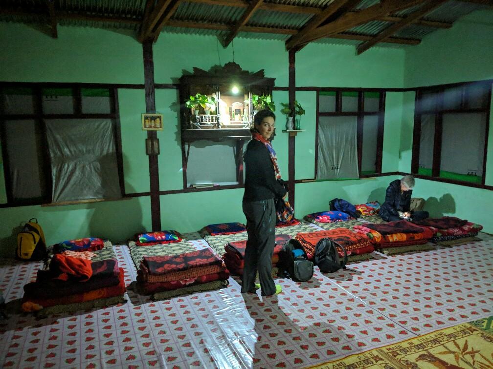 Nattes étendues sur le sol pour la nuit pendant le trek entre Kalaw et Inle