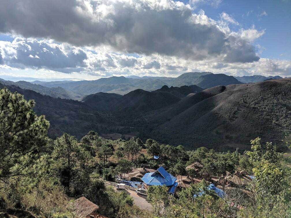 Point de vue sur des montagnes lors du trek vers le lac Inle en Birmanie