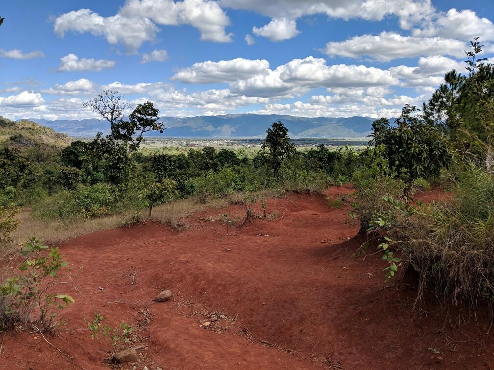 Chemin de terre rouge sur le trek entre Kalaw et le lac Inle en Birmanie