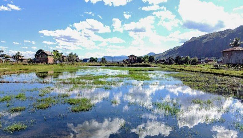 Ciel réfléchissant sur le lac Inle avec de la verbure