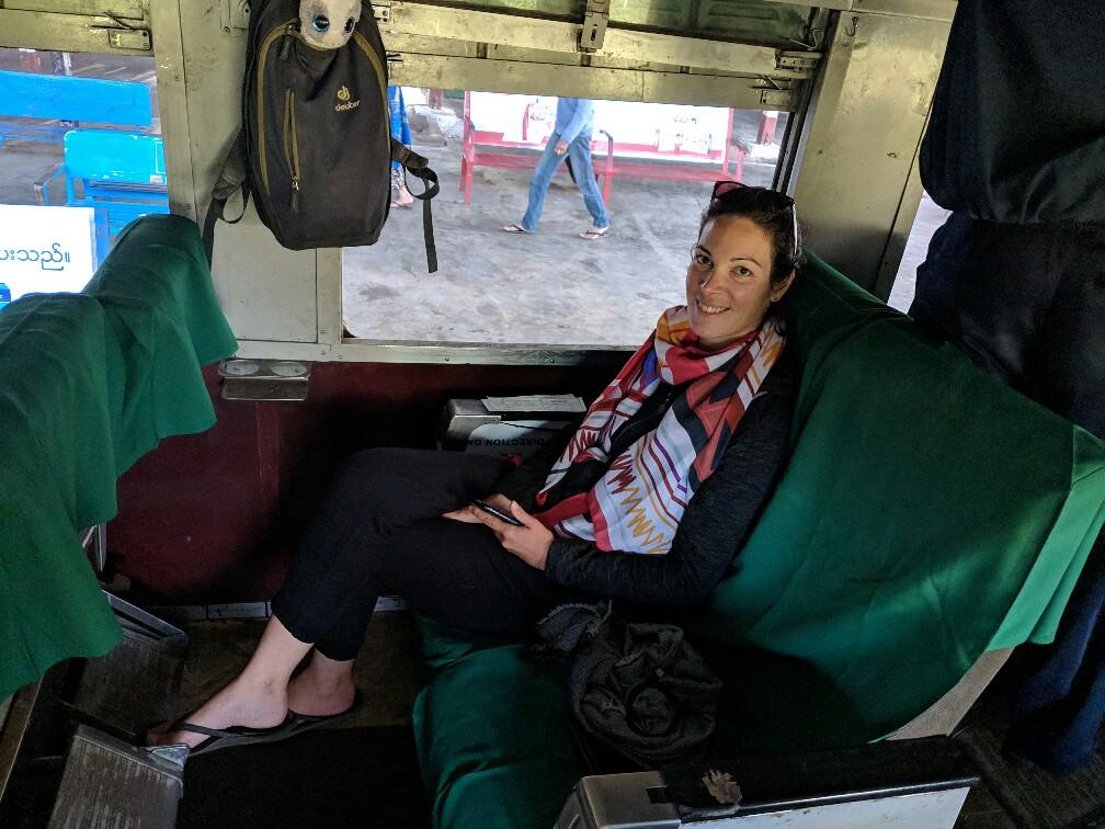 Salomé est assise dans le train de Hsipaw