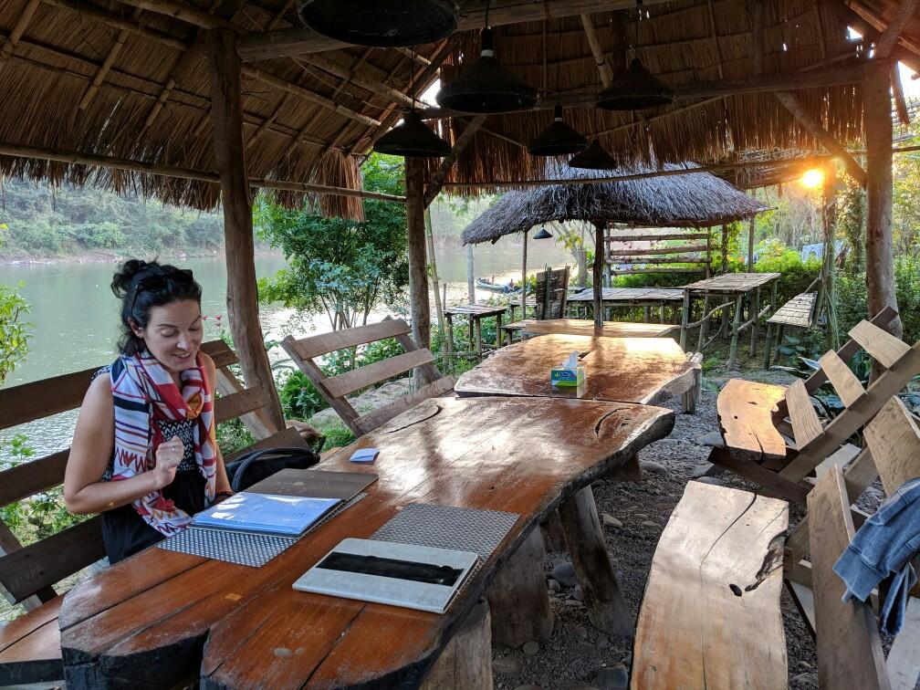 Salomé regarde le menu chez Mr Wok près de Hsipaw