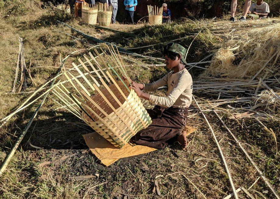 un homme tressant un panier de bambou sur le trek Kalaw-Inle en Birmanie